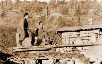 Gran parte de las remodelaciones y movimientos de tierra se realizaron con el apoyo del Ministerio de Guerra y del Ejército Argentino, en esta foto fechada en el año 1954 se puede ver a dos soldados del Ejército, vestidos de fajina, operando una topadoradurante la construcción del Stand de Tiro Rápido.
