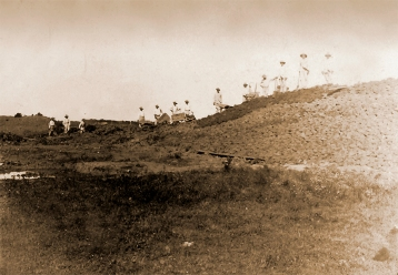 Obreros trabajando en la construcción de los mamelones en 1915.