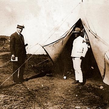 El Presidente Enrique Mezzadra, visitando un campamento del Ejército, que realizaba ejercicios en el predio de la Institución.