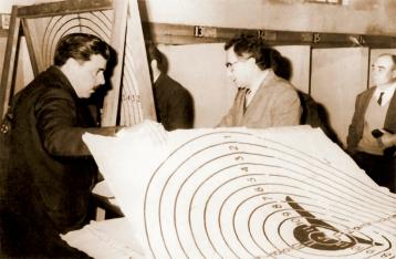 Jueces realizando la puntuación de los blancos durante una competencia de Fusil a mediados de los años '60, se puede apreciar en el centro del blanco, la silueta de un soldado asomando de una trinchera.