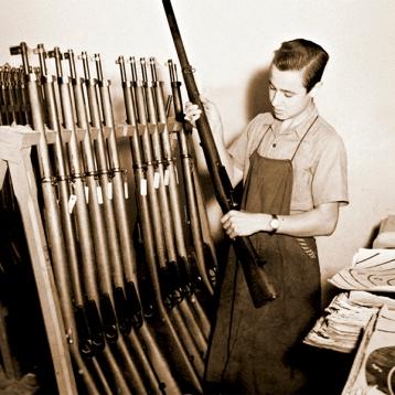 Los soldados armeros cumplían con una tarea fundamental en el mantenimiento y registro del armamento que la Institución poseía.