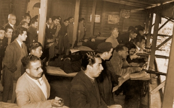 Los Torneos de Fusil, eran sin duda el centro de toda la actividad en los comienzos del Tiro Deportivo, tenían gran concurrencia de tiradores y espectadores.